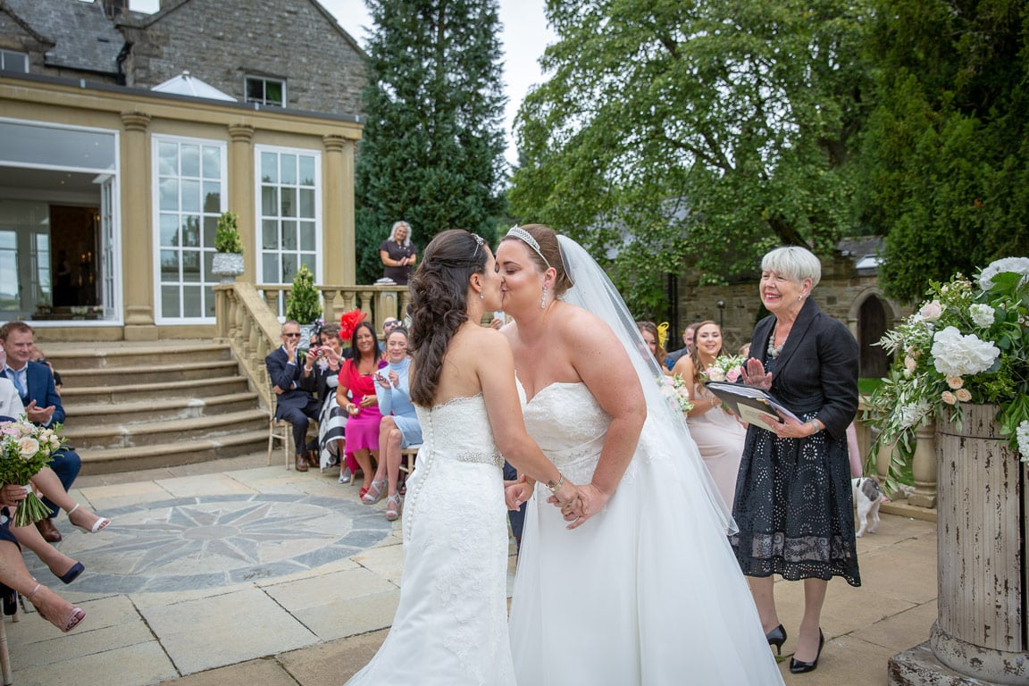 Couple kissing at Woodhill Hall Wedding